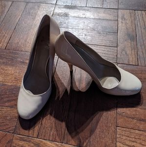 Burberry nude round toe pumps 37.5